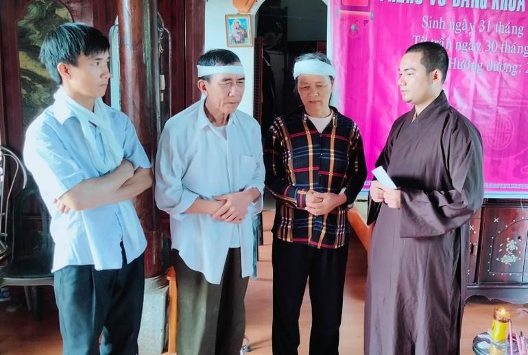 Đại đức Thích Nguyên Tâm thăm hỏi và động viên gia đình em Nguyễn Văn Nhã
