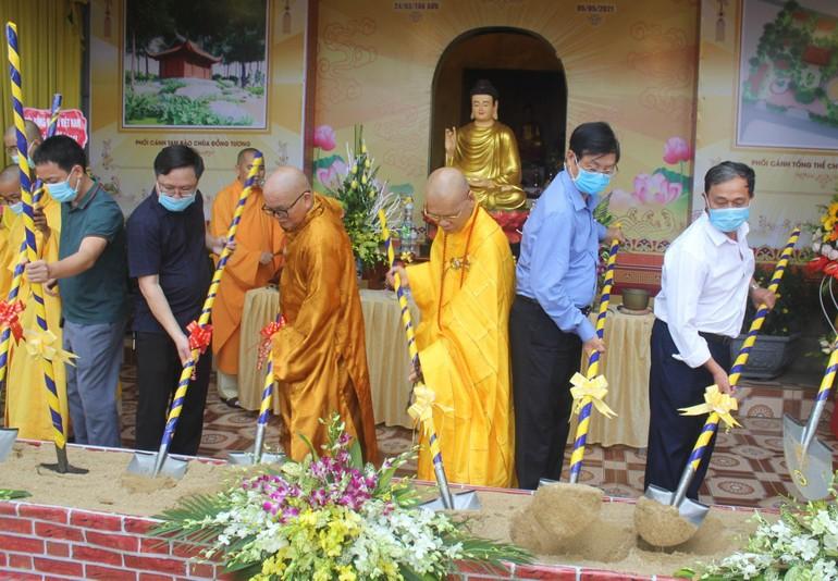 Chư tôn đức và chính quyền địa phương làm lễ khởi công xây dựng ngôi Tam bảo chùa Đồng Tương