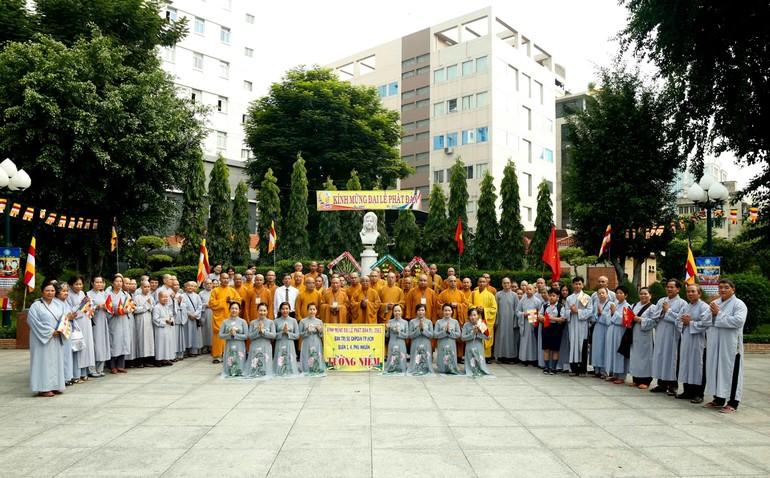 Tăng Ni, Phật tử quận 1 đặt vòng hoa tưởng niệm tại tượng đài Quách Thị Trang