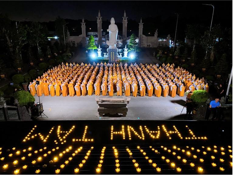 1.000 ngọn nến được thắp lung linh trong đêm cầu nguyện cho nhân dân Ấn Độ