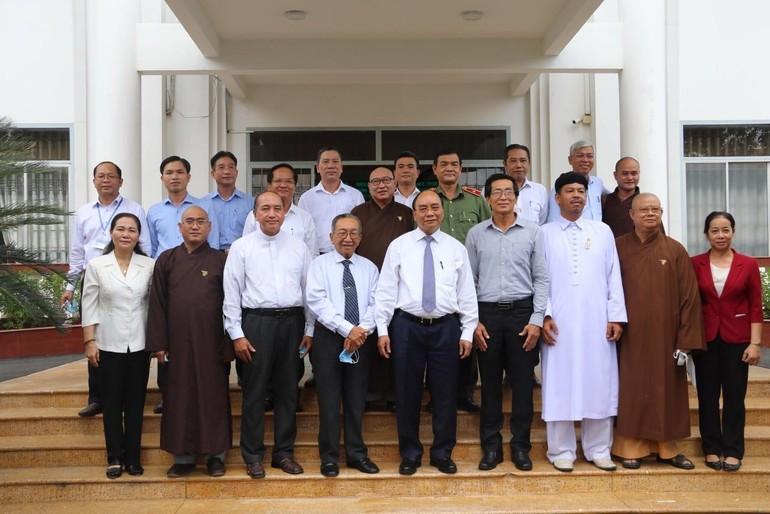 Chủ tịch nước chụp ảnh lưu niệm cùng các chức sắc các tôn giáo trên địa bàn huyện Hóc Môn