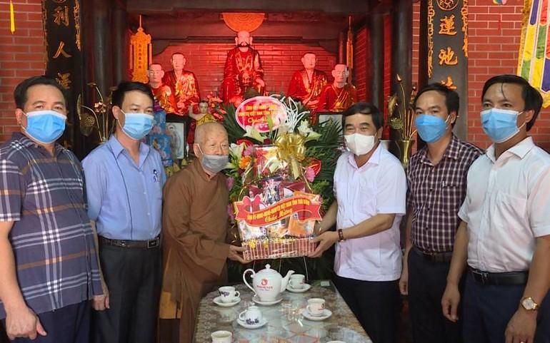 Ông Nguyễn Tiến Thành, Phó Bí thư Thường trực Tỉnh ủy, Chủ tịch Hội đồng Nhân dân chúc mừng Phật đản đến Đại lão Hòa thượng Thích Thanh Dục