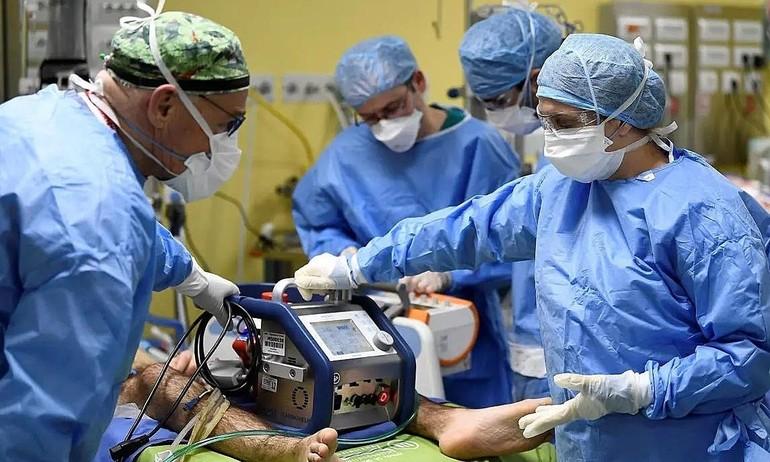 Bác sĩ bệnh viện San Raffaele, Milan, điều trị bệnh nhân Covid-19 trong phòng hồi sức khẩn cấp vào tháng 3-2020