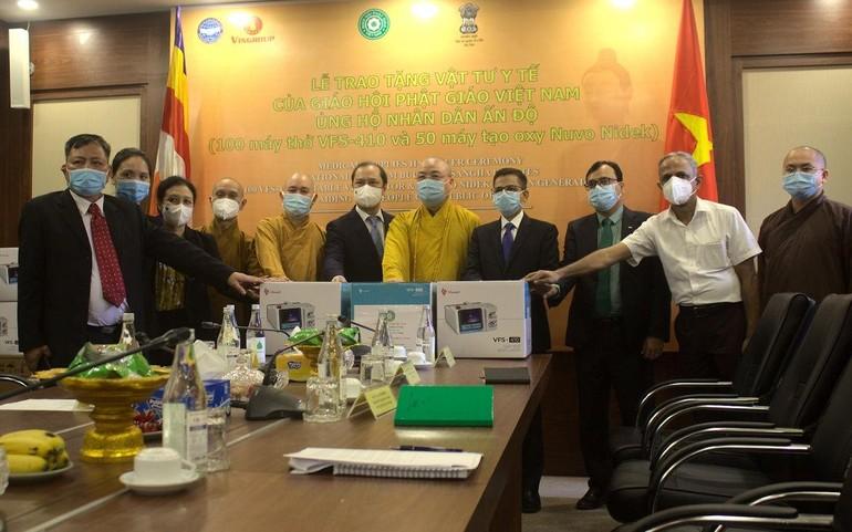 GHPGVN trao tặng 100 máy thở Vinsmart VFS-410 và 50 máy tạo oxy Nuvo cho nhân dân Ấn Độ