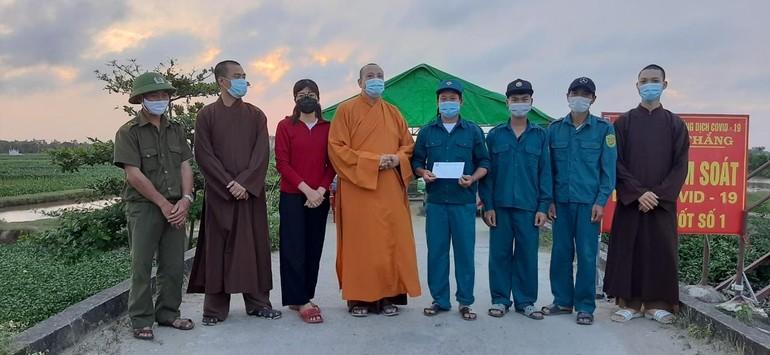 Thượng tọa Thích Quảng Minh tặng quà đến cán bộ, chiến sĩ tại chốt kiểm soát dịch bệnh Covid-19 số 1 tại xã Tiên Thắng