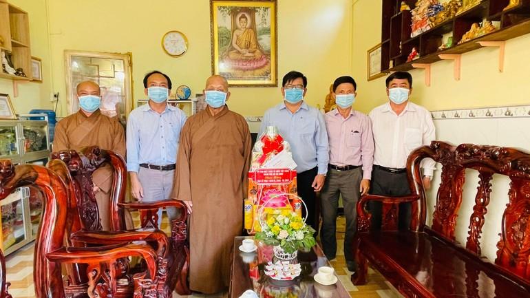 Đoàn UBMTTQVN TP.HCM tặng quà đến Ban Trị sự Phật giáo huyện Cần Giờ nhân Đại lễ Phật đản Phật lịch 2565