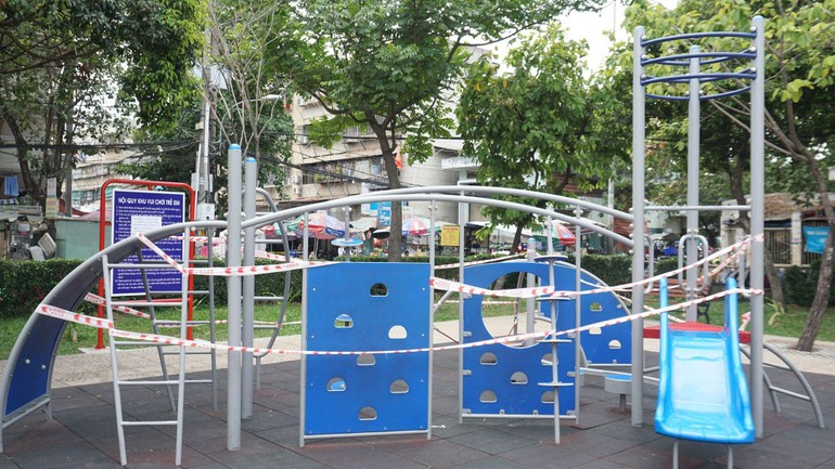 Dây cấm được giăng ở các khu vui chơi của trẻ em trong công viên