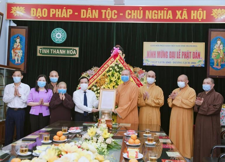 Ông Lại Thế Nguyên, Phó Bí thư Thường trực Tỉnh ủy tặng hoa và trao thư chúc mừng Đại lễ Phật đản