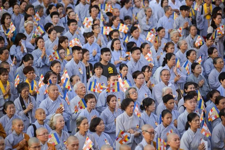 Phật tử hân hoan đón mừng Phật đản sanh Phật lịch 2563 (2019) - Ảnh: Đăng Huy