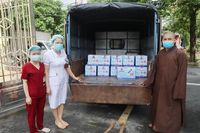 Đại diện phòng Công tác xã hội bệnh viện Đa khoa tỉnh Thái Bình tiếp nhận phẩm vật ủng hộ