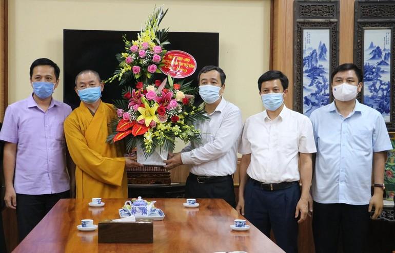 Ông Ngô Đông Hải, Ủy viên Trung ương Đảng, Bí thư Tỉnh ủy tặng hoa chúc mừng Phật đản - Ảnh: Thu Thủy