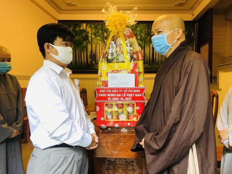 Thượng tọa Thích Trí Thường tiếp ông Nguyễn Văn Lượng, Phó ban Tôn giáo TP.HCM