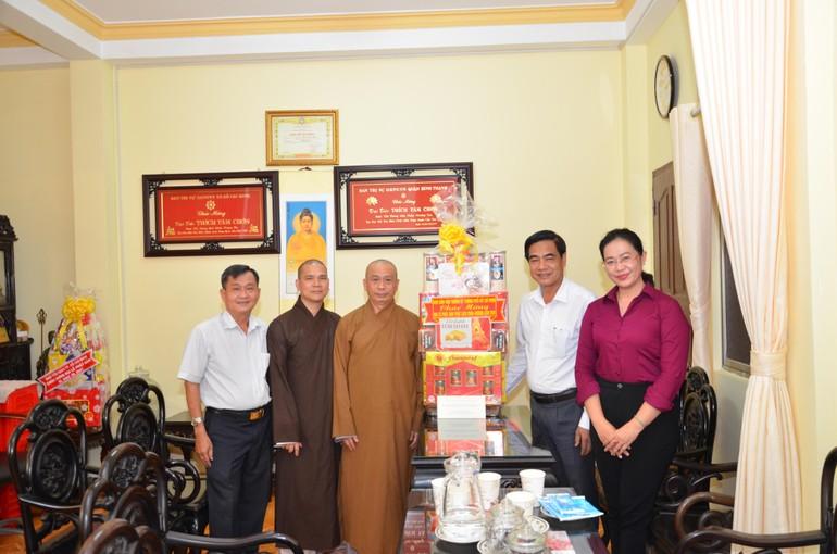Đoàn lãnh đạo Ban Dân vận Thành ủy TP.HCM tặng quà chúc mừng Phật đản đến Phật giáo quận Bình Thạnh