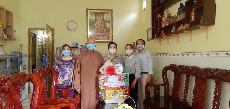 Đoàn công tác Hội Liên hiệp Phụ nữ TP.HCM chúc mừng Phật đản đến Phật giáo huyện Cần Giờ