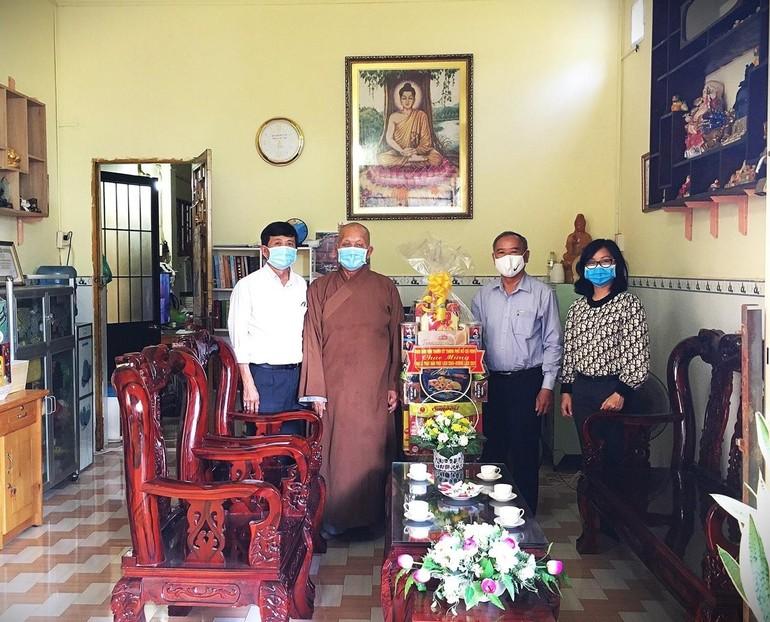 Ban Dân vận Thành ủy TP.HCM tặng quà chúc mừng Phật đản đến Thượng tọa Thích Giác Huệ