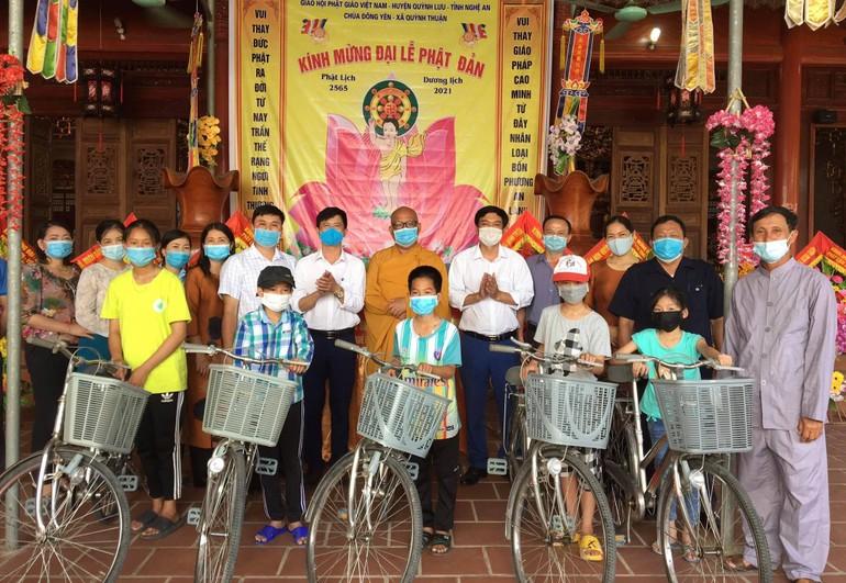 Đại đức Thích Nguyên Quang trao xe đạp cho học sinh nghèo hiếu học trên địa bàn xã Quỳnh Thuận