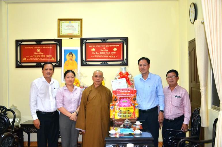 Lãnh đạo Ủy ban MTTQVN TP.HCM chúc mừng Phật đản đến Thượng tọa Thích Tâm Chơn, Trưởng ban Trị sự Phật giáo quận Bình Thạnh - Ảnh: Nguyên Tài