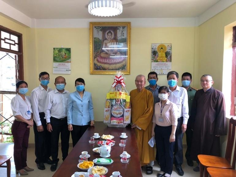 Đoàn lãnh đạo quận Tân Phú tặng quà chúc mừng Phật đản đến Hòa thượng Thích Thiện Xuân