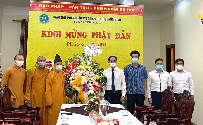 Đoàn công tác Bộ Nội vụ tặng hoa chúc mừng Phật đản đến Ban Trị sự GHPGVN tỉnh Quảng Ninh