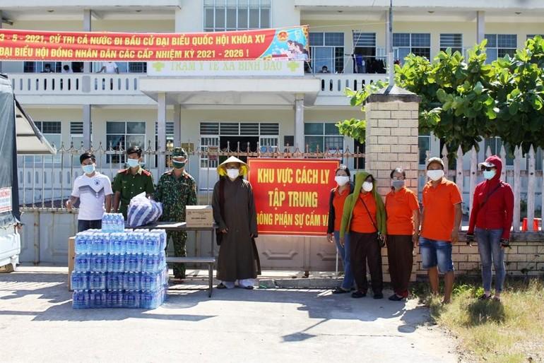 Đoàn đến thăm, tặng quà tại trạm y tế xã Bình Đào