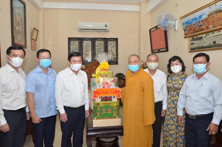 Chủ tịch UBND TP.HCM Nguyễn Thành Phong cùng đoàn tặng quà chúc mừng Phật đản đến Hòa thượng Thích Thiện Pháp