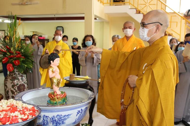 Thượng tọa Thích Giác Nghiêm làm lễ Tắm Phật