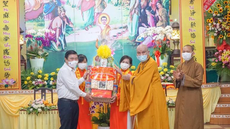 Ông Nguyễn Thành Phong tặng quà mừng Phật đản đến Hòa thượng Thích Thanh Sơn