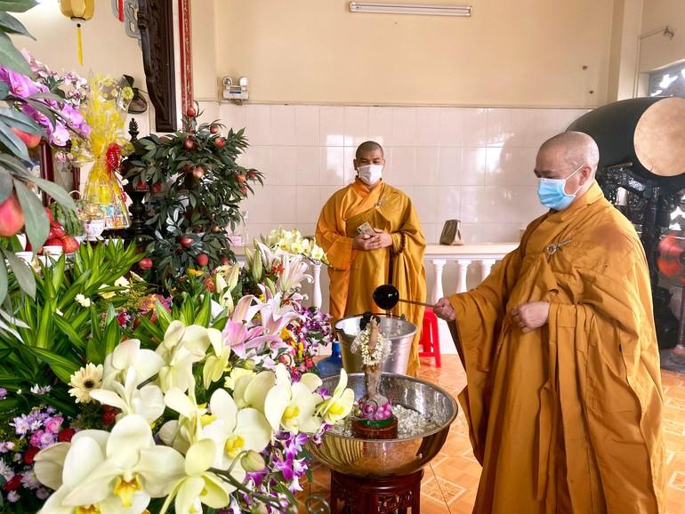 Các chùa ở TP.HCM cử hành lễ Tắm Phật