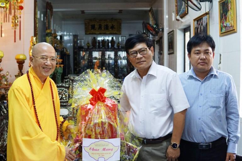 Ông Nguyễn Nam Tiến thăm và tặng quà chúc mừng đến Hòa thượng Thích Khế Chơn tại chùa Thiên Minh
