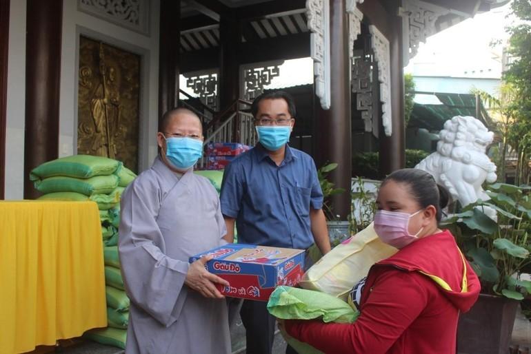 Ni sư Thích nữ Huệ Khánh trong buổi phát quà tại chùa Phước Thiện