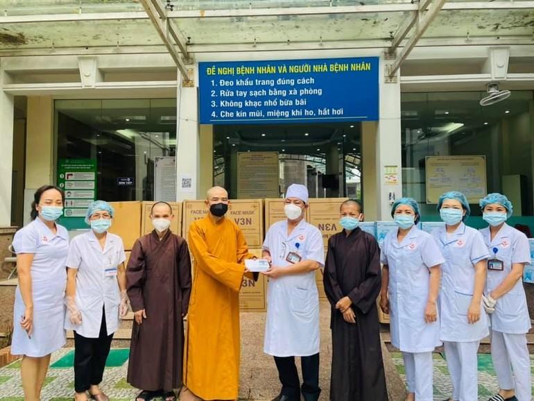 Tặng quà cho y bác sĩ ở Bệnh viện Đa khoa tỉnh Bắc Giang