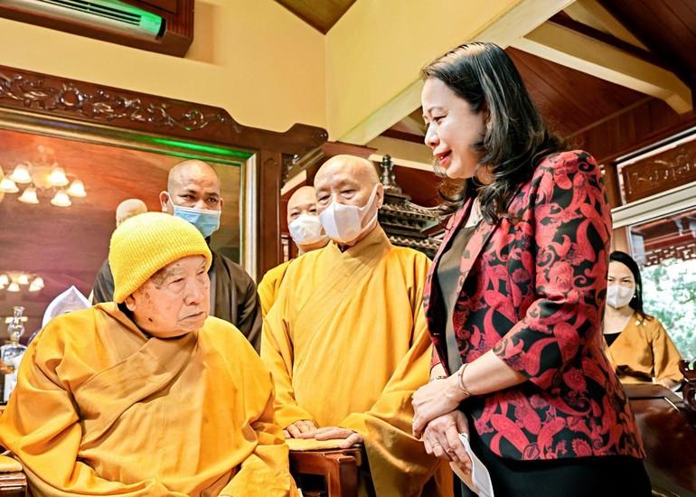Phó Chủ tịch nước Võ Thị Ánh Xuân vấn an sức khỏe Trưởng lão Hòa thượng Thích Thanh Từ