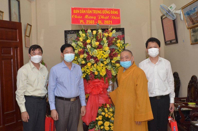 Hòa thượng Thích Thiện Pháp nhận hoa chúc mừng Phật đản của Ban Dân vận Trung ương Đảng