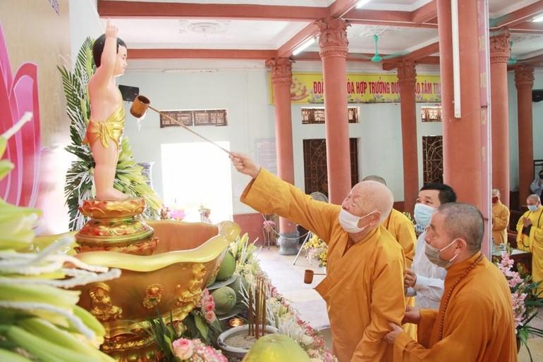Trưởng lão Hòa thượng Thích Thanh Dục thực hiện nghi lễ Tắm Phật
