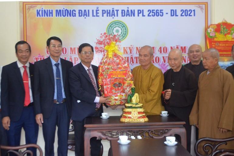 Ông Nguyễn Tấn Tuân tặng quà chúc mừng Phật đản đến Ban Trị sự Phật giáo tỉnh Khánh Hòa