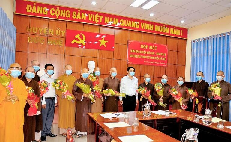 Tân Ban Trị sự Phật giáo huyện Đức Huệ ra mắt lãnh đạo chính quyền địa phương