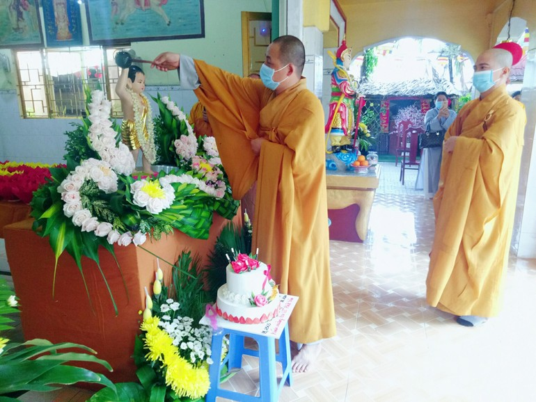 Chư tôn đức Tăng lần lượt thự hiện nghi thức Tắm Phật tại chùa Hải Đức