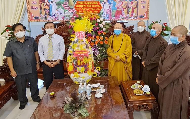 Đoàn lãnh đạo huyện Kon Plong tặng hoa, quà chúc mừng Phật đản