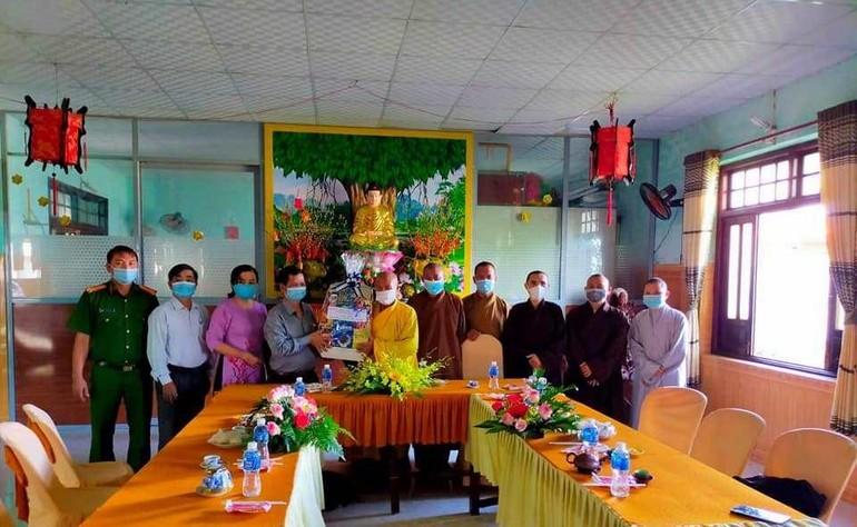 Đoàn lãnh đạo huyện Hàm Thuận Nam tặng quà chúc mừng Phật đản