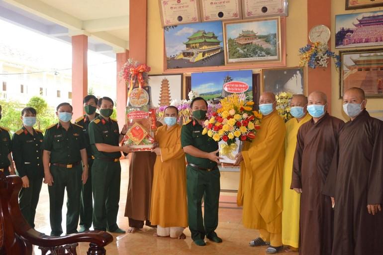 Lãnh đạo Bộ Chỉ huy Quân sự tỉnh Bà Rịa- Vũng Tàu tặng hoa, quà nhân Đại lễ Phật đản