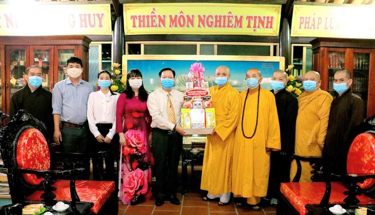 Ban Tôn giáo tỉnh Bình Dương tặng quà chúc mừng Phật đản đến Ban Trị sự Phật giáo tỉnh