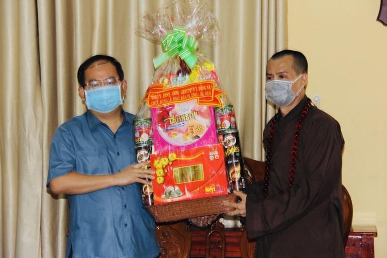 Ông Quản Minh Cường, Phó Bí thư Tỉnh ủy tỉnh Đồng Nai tặng quà chúc mừng Phật đản