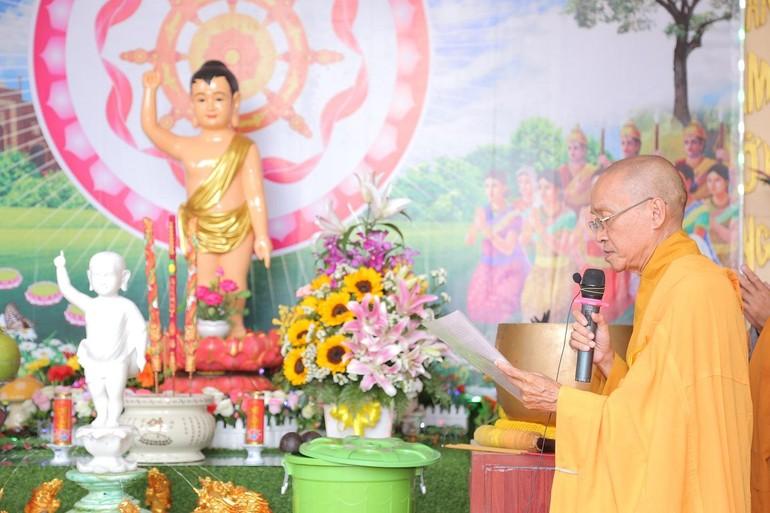 Thượng tọa Thích Kiến Tánh tuyên đọc thông điệp Đại lễ Phật đản của Đức Pháp chủ GHPGVN