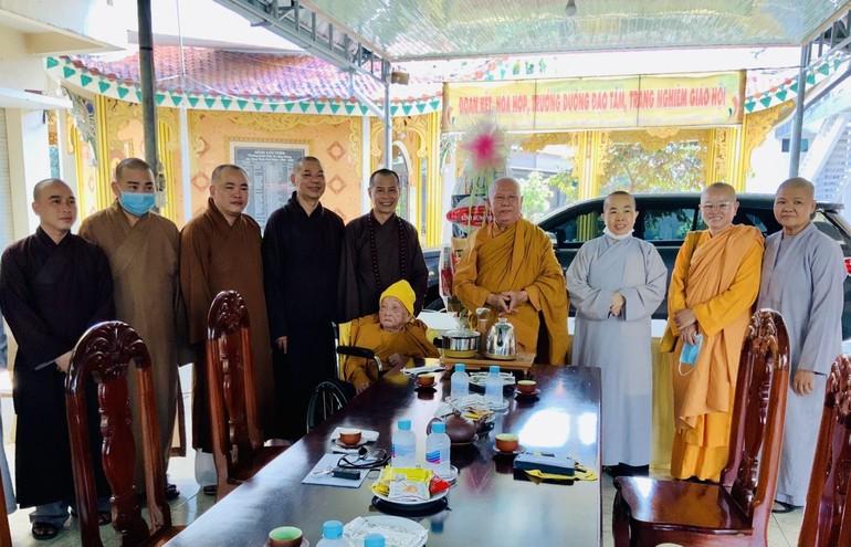 Phái đoàn Ban Trị sự GHPGVN TP.Biên Hòa đến thăm Sư bà Thích nữ Nhẫn Liên
