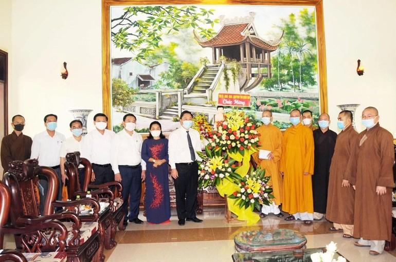 Đoàn lãnh đạo tỉnh Quảng Nam tặng hoa chúc mừng Đại lễ Phật đản Phật lịch 2565