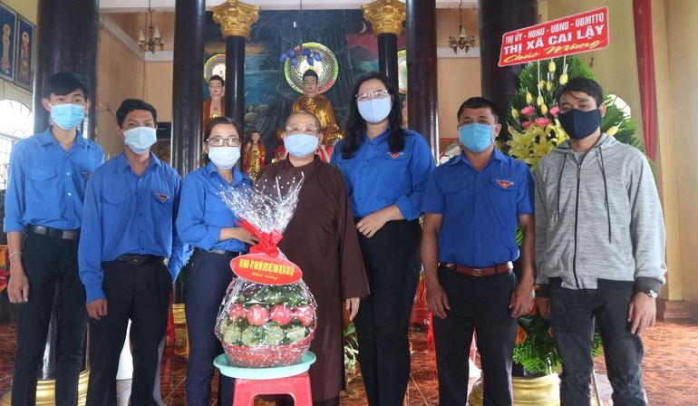 Hội Liên hiệp Thanh hiên VN thị xã Cai Lậy tặng quà chúc mừng Phật đản tại chùa Bửu Long