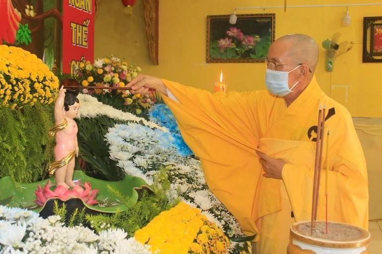 Chư tôn đức thực hiện nghi thức Tắm Phật