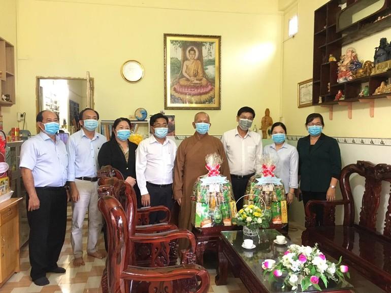 Bí thư Huyện ủy huyện Cần Giờ và phái đoàn tặng quà chúc mừng Phật đản Phật lịch 2565