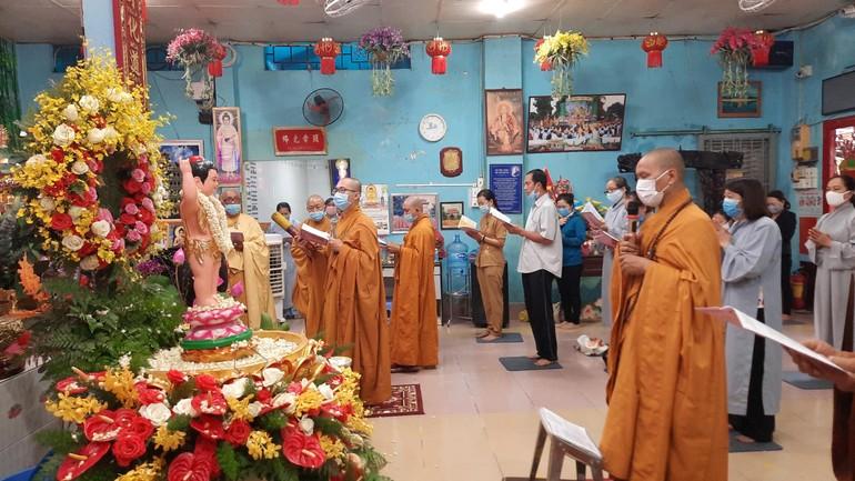 Chư Tăng cùng Phật tử tụng sám Khánh đản Kính mừng Phật đản