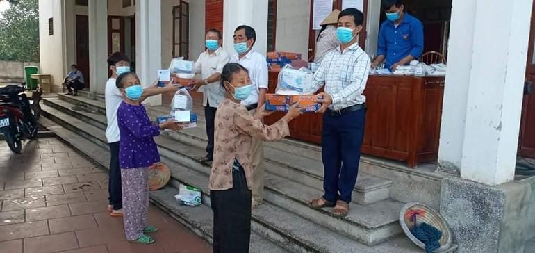 Người dân xóm Vườn, xã Cương Sơn đón nhận quà của của chùa Đình Quán